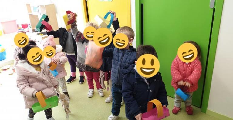 Enfants à la chasse aux oeufs de pâques